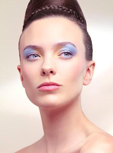 Woman-with-70s-makeup-look-desktop