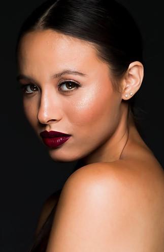 woman-with-90s-nude-makeup-look-desktop